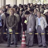 People seeking admission tickets for the first day of hearings in the trial of Fusako Shigenobu gather at the Tokyo District Court on April 23, 2001. | KYODO