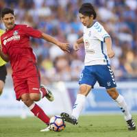 Tenerife's Gaku Shibasaki (right) dribbles the ball as Getafe's Alejandro Faurlin defends in a La Liga promotion playoff final match on Wednesday in Tenerife, Spain. | GETTY / VIA KYODO