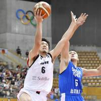 Japan's Makoto Hiejima takes a second-quarter shot against Taiwan in the East Asia Basketball Association Championship semifinals on Tuesday in Nagano. Taiwan defeated Japan 78-73. | KYODO