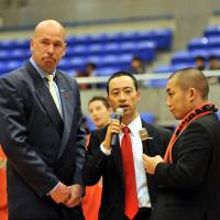 Former Chiba Jets assistant coach Geoffrey Katsuhisa (center), seen in a December 2011 file photo, has filled the Sunrockers Shibuya head coaching vacancy. Katsuhisa worked as an assistant coach for Shibuya this past season. | YOSHIAKI MIURA