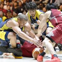Tochigi's Yuta Tabuse (center) and Jeff Gibbs provided veteran leadership and displayed a blue-collar work ethic throughout the season, including the pivotal fourth quarter of Saturday's B. League Championship final.   KYODO