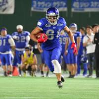 BigBlue wide receiver Takashi Kurihara runs with the ball during Monday's Pearl Bowl final against the Seagulls at Tokyo Dome. | KUNIHITO GOTO
