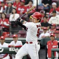 Hawks hold off Carp despite Maru's three-homer game