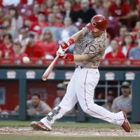 Gennett launches four home runs to tie MLB record