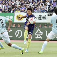 Sanfrecce Hiroshima's Kosei Shibasaki (center) shoots during his team's 0-0 draw with Jubilo Iwata on May 27. | KYODO