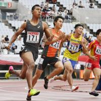 Abdul Hakim Sani Brown (left) comes off the bend in the men's 200-meter final at the national athletics championships in Osaka on Sunday. | KYODO