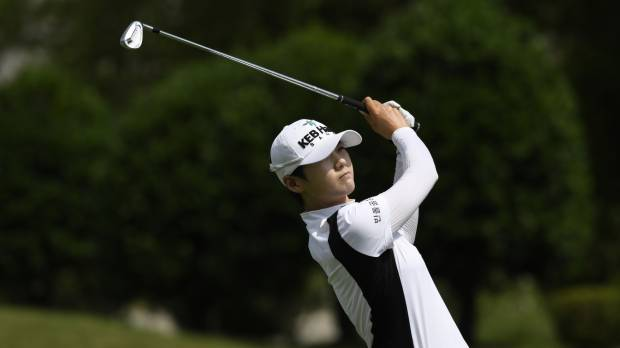 Rookie Park capitalizes on six straight birdies to shoot 8-under 63, grab lead