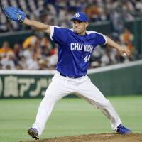 Dragons southpaw Raul Valdes pitches against the Giants on Friday at Tokyo Dome. Valdes worked eight scoreless innings in Chunichi's 1-0 victory over Yomiuri. | KYODO
