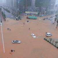 Days of torrential rain in Hunan province have swollen the Xiangjiang River to a record flood level.   AFP-JIJI