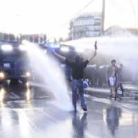German police fire tear gas and water cannon at stone-throwing anti-G20 protesters