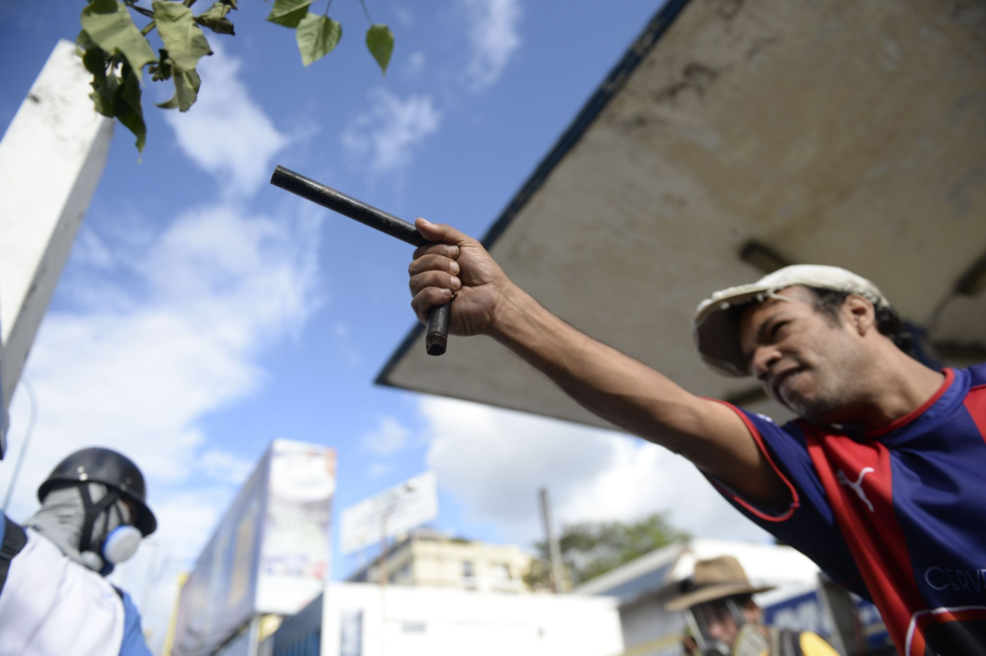 An anti-government activist fires an improvised handgun made out of an iron tube that can fire a marble or a steel bearing impulsed by a firecracker during clashes with security forces ensuing a protest over the elections for a Constituent Assembly proposed by Venezuelan President Nicolas Maduro, in Caracas on Sunday. Deadly violence erupted around the controversial vote, with a candidate to the all-powerful body being elected shot dead and troops firing weapons to clear protesters in Caracas and elsewhere. | AFP-JIJI