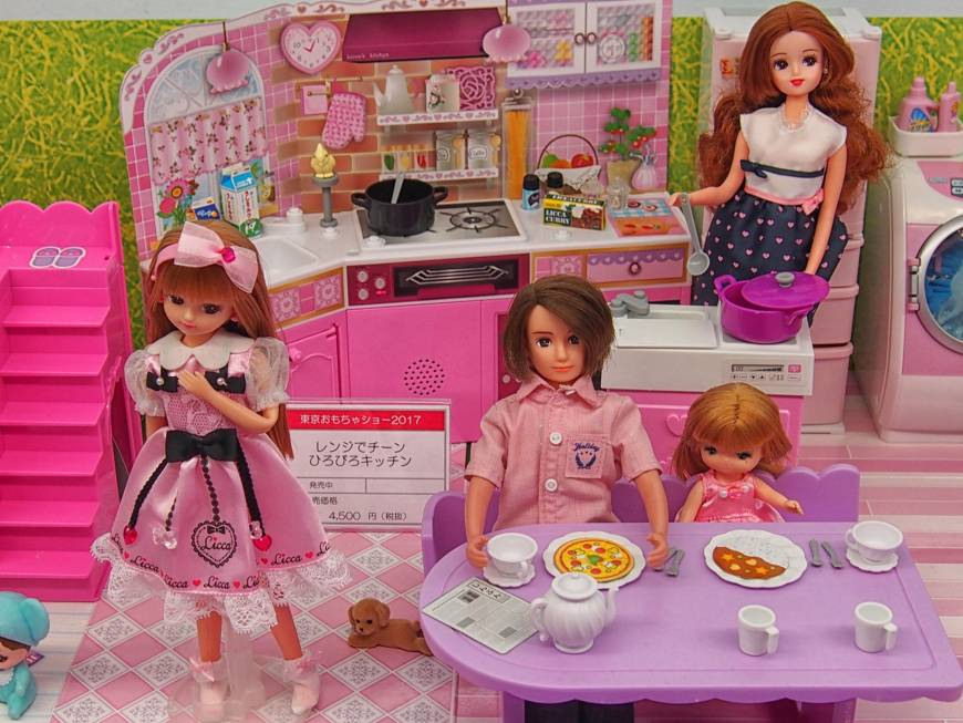 A blogger has pointed out that Licca-chan and her mother always appear to be cooking in the kitchen in product shots, while her father sits at the dining table reading a newspaper.