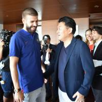 Gerard Pique (left) chats with Rakuten CEO Hiroshi Mikitani at a hotel in Roppongi on Thursday. | SATOKO KAWASAKI