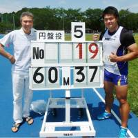 Discus thrower Yuji Tsutsumi (right) is seen after establishing a national record of 60.37 meters on Saturday in Tokyo. | KYODO