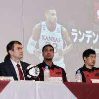 (From left) Alvark president Kunihiko Hayashi, head coach Luka Pavicevic and newcomers Landen Lucas and Seiya Ando attend Wednesday's news conference in Tokyo. | KAZ NAGATSUKA