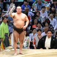 Hakuho stands tall as the winningest wrestler in sumo history. He achieved the feat on Friday, beating Takayasu. | KYODO
