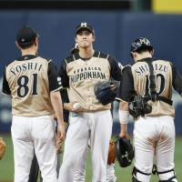 Shohei Otani (center) is pulled from the game during the second inning of the Fighters' loss to the Buffaloes on Wednesday. | KYODO