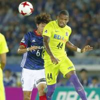 Sanfrecce Hiroshima's Anderson Lopes (right) heads the ball away from Yokohama F. Marinos' Takahiro Ogihara during their 1-1 draw on Saturday. | KYODO