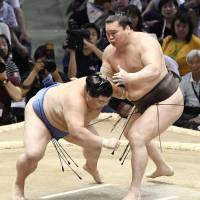 Hakuho moves closer to all-time victory mark