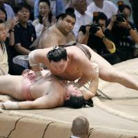Hakuho overwhelms Chiyoshoma on Thursday, the 10th day of the Nagoya Grand Sumo Tournament, at Aichi Prefectural Gymnasium. | KYODO