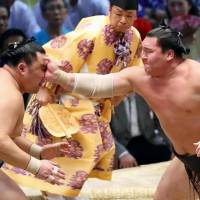 Hakuho ties Kaio for most career wins