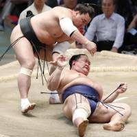 Unbeaten Hakuho whips Yoshikaze for another win