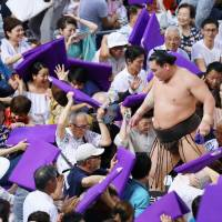 Hakuho fails in first chance to equal mark