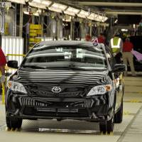 Workers check an assembled vehicle at a Toyota Motor Corp. plant in Mississippi. | KYODO