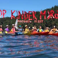 'Kayaktivists' hold up a banner protesting plans by Kinder Morgan to build a pipeline during a water-based 'pipeline resistance training camp' held by Greenpeace and the Mosquito Fleet (a Pacific Northwest 'kayaktivist' group) in the San Juan Islands, Washington, in the waters just off the U.S.-Canada border on Friday. The training is part of Greenpeace's 'Summer of Resistance' program, in which they are supporting the development of resistance skills and strategies to fight four oil pipelines being built across the country. | AFP-JIJI