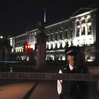 Man with knife arrested outside Buckingham Palace, injures two policemen