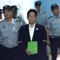 Lee Jae-yon (center), vice chairman of Samsung Electronics Co., arrives for his trial at the Seoul Central District Court in the South Korean capital on Monday.   AFP-JIJI