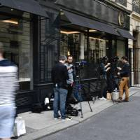 Journalists gather near the home of French actress Jeanne Moreau in Paris on Monday after her death at the age of 89 was announced. Moreau, who lit up the screen in 'Jules et Jim' and starred in some of the most critically acclaimed films of the 20th century, has died aged 89, her agent said. The husky-voiced actress epitomised the freedoms of the 1960s and brought daring and tomboy charm to a string of cinematic masterpieces from Louis Malle's 'Lift to the Scaffold' to Joseph Losey's 'Eva.' | AFP-JIJI