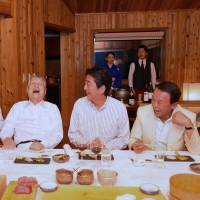 Vacationing Abe has a laugh with a posse of past prime ministers