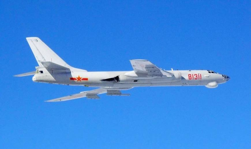 A Chinese H-6 bomber flies over the East China Sea and Sea of Japan in January. Six similar bombers flew through the Miyako Strait on Thursday.   DEFENSE MINISTRY / VIA KYODO