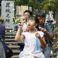 Relatives gather to mark anniversary of 1985 JAL disaster