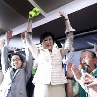 Yuriko Koike celebrates with her supporters after winning the Tokyo gubernatorial election on July 31, 2016. | BLOOMBERG