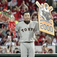 Shinnosuke Abe became the 49th player to reach 2,000 hits in NPB on Sunday night. | KYODO