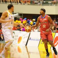Veteran forward Reggie Warren, seen in action last season for the Kumamoto Volters, brings his well-rounded game to the Kagawa Five Arrows. | B. LEAGUE