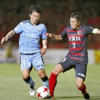 Frontale's Akihiro Ienaga (left) controls the ball while being defended by Antlers' Gen Shoji on Sunday in Kawasaki. Frontle won 3-1. | KYODO