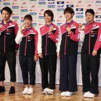 Women's singles champion Nozomi Okuhara (third from the left) and other Japanese medalists at the World Badminton Championships in Glasgow, Scotland, arrived at Haneda airport on Tuesday. | KAZ NAGATSUKA