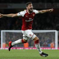 Arsenal edges Leicester in opener