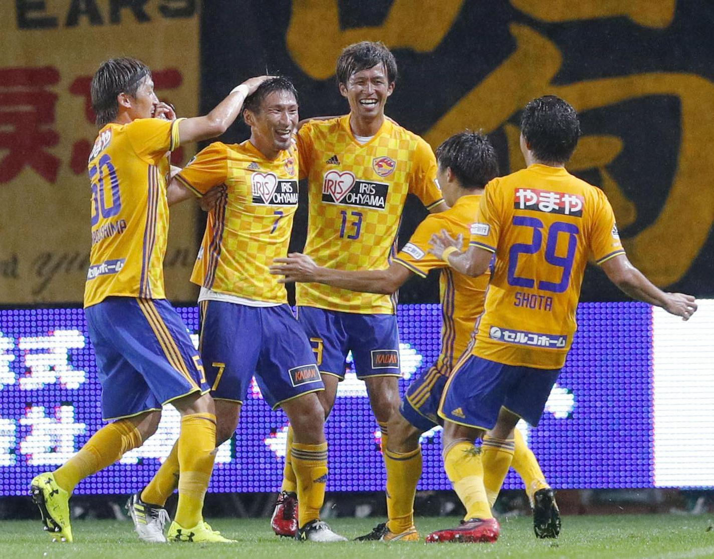 Vegalta's Hiroaki Okuno (7) celebrates with his teammates after scoring against Antlers during their Levain Cup match on Wednesday in Sendai. | KYODO