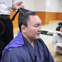 Hakuho speaks to reporters on Tuesday. | KYODO