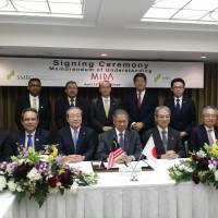 The Malaysian Investment Development Authority and Sumitomo Mitsui Banking Corp. sign a memorandum of understanding in Tokyo in April. | MINISTRY OF INTERNATIONAL TRADE AND INDUSTRY, MALAYSIA