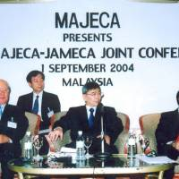 From left, Yoichi Morishita, then-president of JAMECA, Mah Siew Keong, then-deputy minister of international trade and industry and Azman Hashim, president of MAJECA, at the opening ceremony of the 25th MAJECA-JAMECA Joint Conference on Sept. 1, 2004, in Kuala Lumpur. | MALAYSIA-JAPAN ECONOMIC ASSOCIATION
