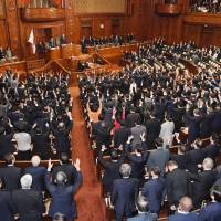 Lawmakers cheer after the Lower House was dissolved shortly after noon on Thursday. | KYODO