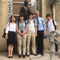 Students from Fukushima University pose with professor Philip McCasland (second from right) on the first day of their internship in Houston in early August. | FUKUSHIMA MINPO