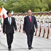 Indian departing Defense Minister Arun Jaitley (right) reviews the honor guard with Defense Minister Itsunori Onodera at the Defense Ministry in Tokyo on Tuesday. | AFP-JIJI