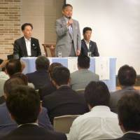 Nippon Ishin no Kai Secretary-General Nobuyuki Baba (center) addresses a party meeting on constitutional revision on Sept. 2 in Osaka, as leader Ichiro Matsui (right) looks on. | KYODO