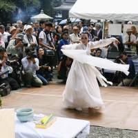 A dancer performs a traditional Korean dance during a memorial service for Korean victims of the 1923 Great Kanto Earthquake held Friday at Yokoamicho Park in Tokyo's Sumida Ward. | KYODO